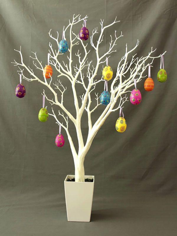 Albero di Pasqua con uova di plastica decorate
