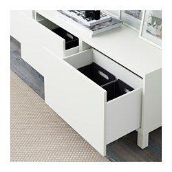 Skufferne har indbyggede åbnebeslag, så du ikke behøver knopper eller greb, men kan åbne skuffen med et let skub. Benene løfter din BESTÅ kombination fra gulvet, så den får et let udseende og gør det nemt at rengøre gulvet nedenunder.