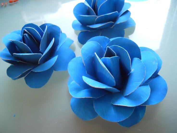 Pahvista tehtyjä ruusuja. http://www.askarteluideoita.fi/askartelu/kukkia-eri-materiaaleista/