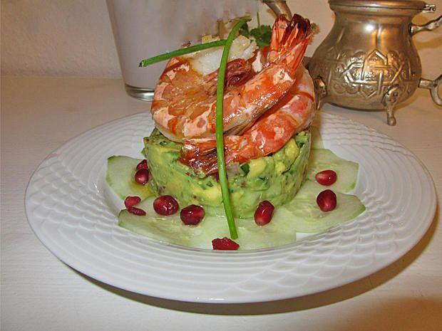 Das perfekte Avocado Tartar mit Riesengarnelen-Rezept mit einfacher Schritt-für-Schritt-Anleitung: Garnelen in Olivenöl, Knoblauch und Chilliflocken…