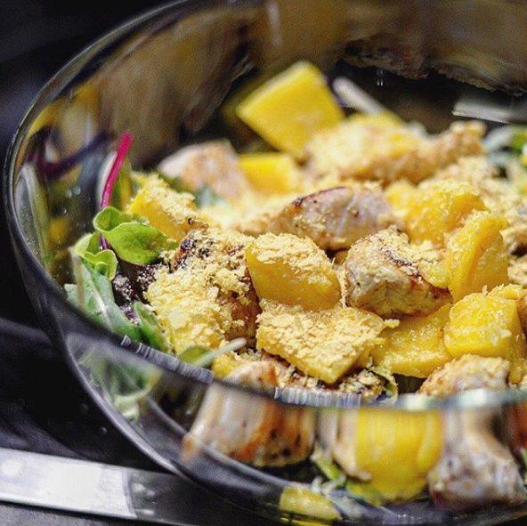 Úvod: Mám tu pro vás tip na rychlý oběd/večeři nabitý vitamíny B a kyselinou listovou 🙂 A to díky lahůdkovému droždí, kterým je salát posypaný. Lahůdkové droždí má sýrovou až oříškovou chuť a dá se použít do ovocných a zeleninových šťáv, polévek, omáček, salátů, dipů či snídaňových kaší. Jedná se o inaktivní kmen droždí, který …