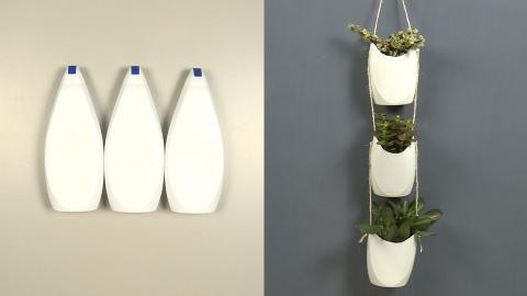 Op een originele manier je plantjes ophangen en ook nog eens je shampooflessen recyclen? Maak van de lege flacons deze plantenhangers. Super leuk en je kan het overal ophangen! De video en het stappenplan vind je op de site!   #DIY #doityourself