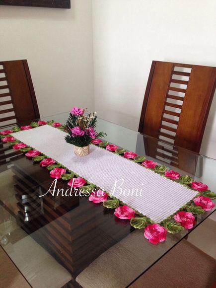 caminho de mesa com flores; Feito em linha duna e barbante n?4 Medida 125x40 R$ 145,00