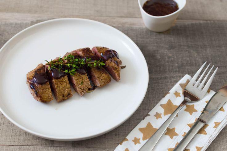Recept voor heerlijke biefstuk met granaatappelsaus. Een verrassende variatie op de traditionele rode wijn saus. Ook feestelijk voor kerst.