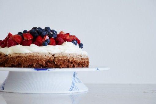 Nem fødselsdagskage med mandelbund, hyldeblomstfløde og bær