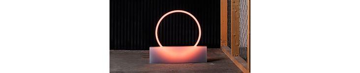 Proche de la sculpture lumineuse, la lampe néon oscille entre art et design avec sa lumière fluorescente et ses lignes minimalistes.