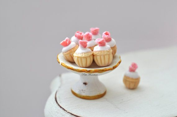 Casa delle bambole -Cupcake Mini Rosa 0,8mm Misure cupcake: 0,8mm  --------------------------------------  Mini Cupcake in fimo,e finta panna montata,tutto realizzato a mano,articolo per collezionisti,da inserire nella vostra casa delle bambole nel reparto cucina o sala da pranzo. Veramente adorabili.  Il prezzo si riferisce a N°8 mini cupcakes senza piatto.