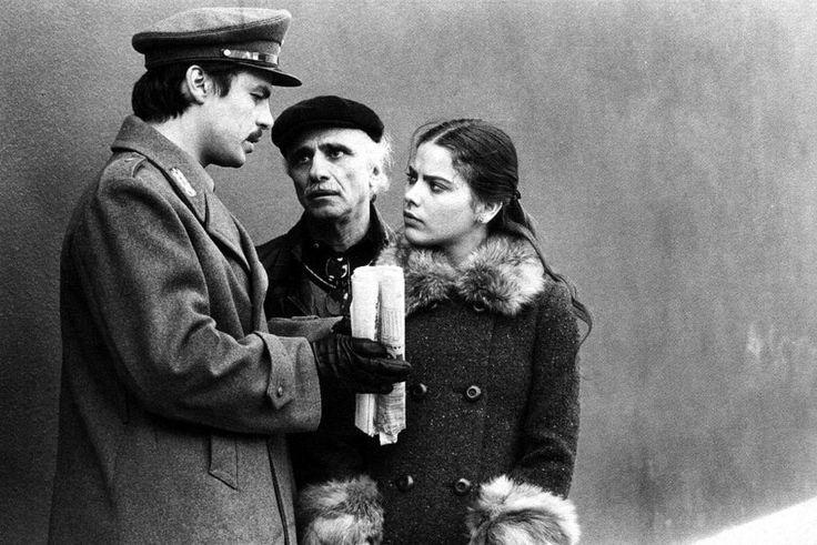"""""""Romanzo popolare"""" (1974) è una caustica commedia di Mario Monicelli, con un insuperabile Ugo Tognazzi """"uomo degli anni Settanta"""", Michele Placido ed una giovanissima Ornella Muti, IL corpo, sposa-bambina di fondamentale bellezza (e basta ;) ) http://www.nientepopcorn.it/film/romanzo-popolare/"""