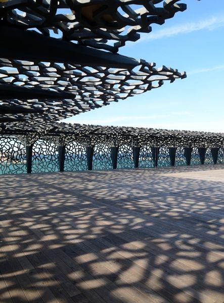 Il nuovo MUCEM di Marsiglia, Museo delle Civiltà d'Europa e del Mediterraneo progettato da Rudy Ricciotti, è una scatola in vetro e cemento traforata come un pizzo e posata in punta a un molo del porto. Accanto al Fort Saint-Jean, edificio del XVII secolo a cui è collegato da una passerella aerea. Uno spazio da 40mila mq dedicato a musica, incontri, eventi.