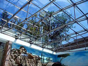 В наше время модным веянием стало устанавливать на домах прозрачные световые кровли. К примеру, это могут быть атриумы, стеклянные пирамиды, купола или целые крыши. Выполняется также и монтаж зенитных фонарей. Подобные конструкции являются сложными инженерно-техническими сооружениями, входящими в подраздел зимних садов.