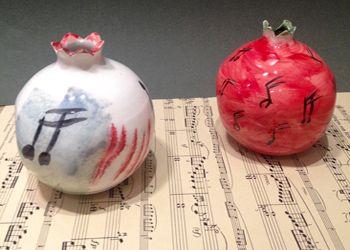 Χαρίστε δώρα από το Μέγαρο Κεραμικό ρόδι-γούρι της Καίτης Σκούρτη, ζωγραφισμένο στο χέρι, αποκλειστικά για το M Shop