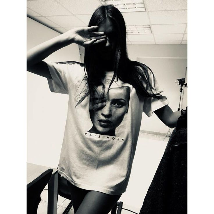 Short sleeve blouse with slogan. Round neck. 100% Cotton. https://www.modaboom.com/t-shirt-kate-moss.html