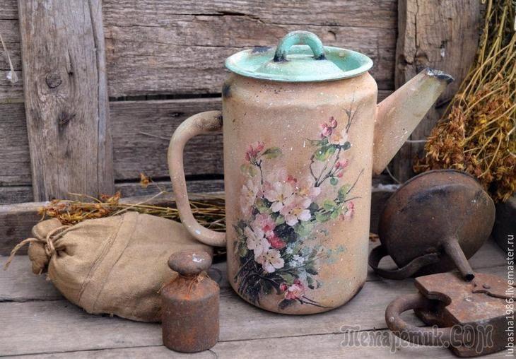 Со слов автора.Меня зовут Любовь. Я просто обожаю старые чайники и кофейники.Я их люблю собирать и декорировать. Сегодня хочу вам показать, как из неприглядного чайника сделать украшение декора в ст...