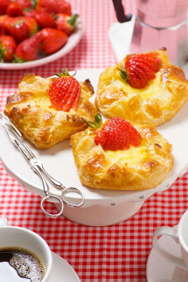 Falska wienerbröd med vaniljkräm & färska jordgubbar - Mitt kök