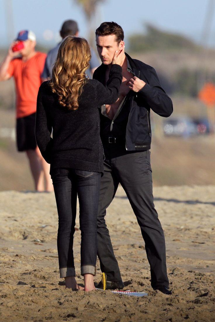 Revenge Season 3 Spoiler: Emily VanCamp and Barry Sloane Get Handsy on the Beach! (PHOTOS) - Revenge