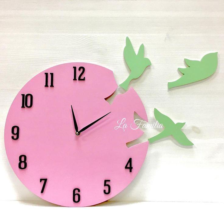 """Добрый вечер, друзья! А вы уже начали изучать время со своим чадом ?⏰😊 В самый раз начать изучать его с La Familia 😉 Часы """"Ласточки """" выполнены в детской цветовой гамме😊  Маленькие птички прекрасно будет смотреться в комнате вашей малышки👧🏼 Часы изготовлены из дерева 🌳 ________________________________________________________Часы упакованы в индивидуальную деревянную коробочку 👍🏻 Часовой  механизм бесшумный. Стоимость - 1500р. ________________________ Для заказа пишите нам в WhatsApp…"""