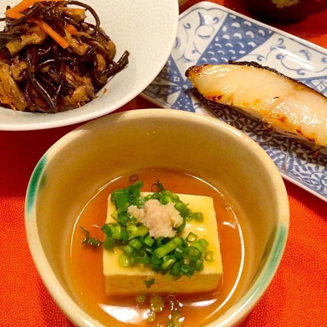 今日は和食Day♪ シンプルな餡掛け豆腐は、出汁に醤油とみりんで作った餡に、青ネギと生姜の薬味でいただきました! 奥は、ひじきの煮物、鈴波の銀ダラの粕漬け、白菜とツナの旨煮、大根と里芋のお味噌汁です(^-^)/ - 169件のもぐもぐ - 餡掛け豆腐 by まるま