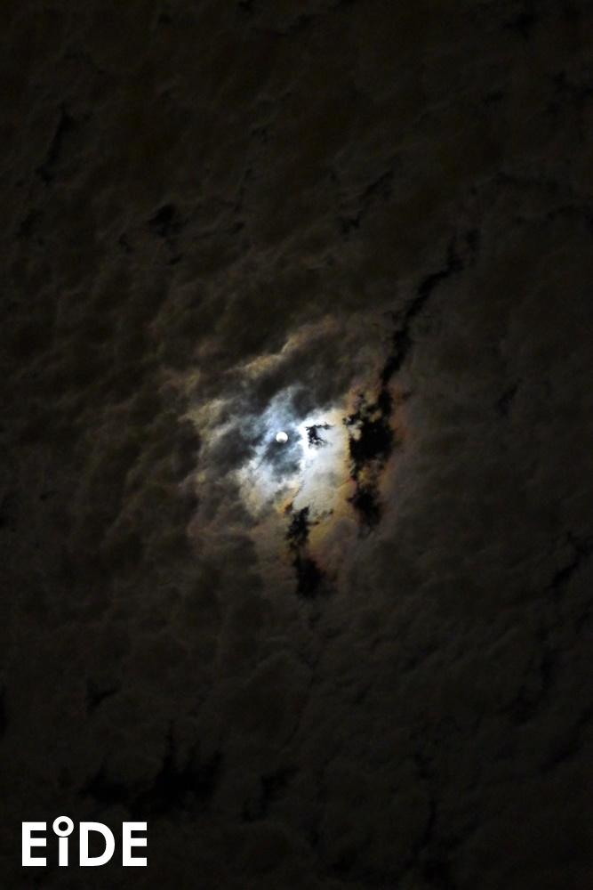 Noche de luna sobre Santiago.  http://www.eide.cl