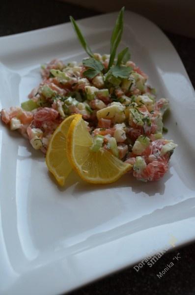 Sałatka z wędzonym łososiem selerem naciowym i grapefruitem