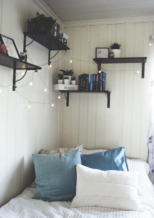 estantes en esquina de la habitación