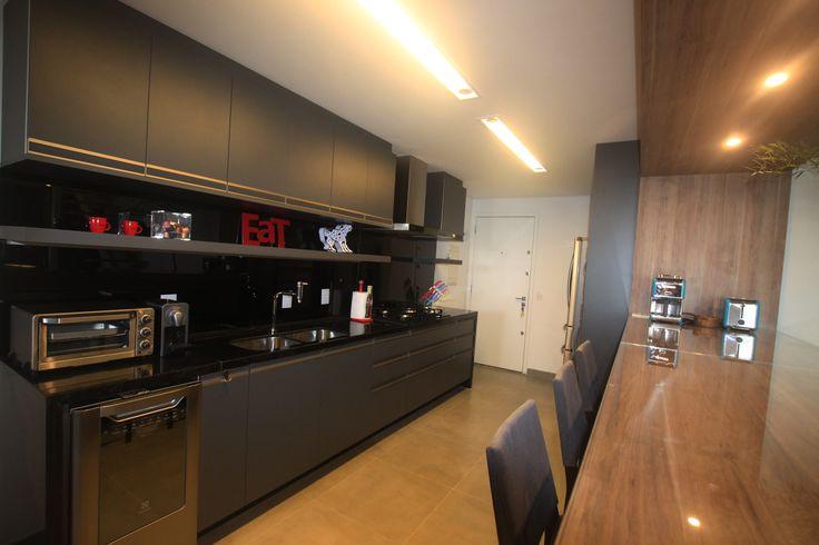 Cozinha com armários grafite e frontão da bancada preto, totalmente masculina! Produção Dot Objetos
