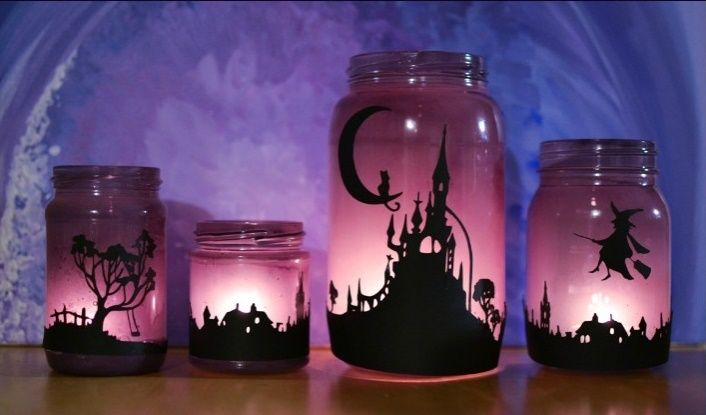 Sabe aqueles potes de vidro de condimentos que você guarda na cozinha? Eles podem se transformar em lindas lanternas de Halloween! Veja como fazer!