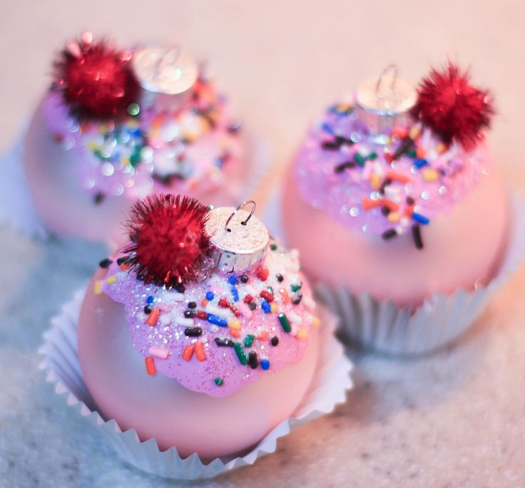 Cupcake Ornaments-DIY Christmas Ornaments Ideas. This would be great for a gingerbread house theme!