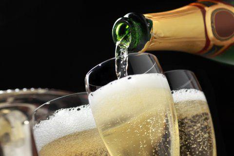 Cuando escuchamos la palabra champagne pensamos en burbujas, dorados y celebraciones: esta bebida, elaborada en la Región de Champagne, Francia, es el vino de las ocasiones más especiales de la vida.