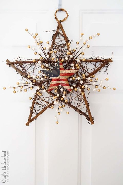 Grapevine Wreath: For a simple 4th of July decoration, update a grapevine star wreath with metallic pearls and a barn flag star. Click through to find more quick, DIY 4th of July wreaths to add to your summer home decor.