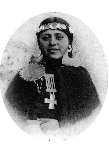Mapuche Mädchen auf Postkarte 1902 in Concepcion Chile. Español: Niña Mapuche de Concepción, Chile. Ta...