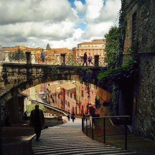 """L'Acquedotto - Costruito nel 1254, l'Acquedotto portava l'acqua da Monte Pacciano alla Fontana Maggiore in PiazzaIV Novembre lungo un tratto di 3Km circa. Nell'Ottocento fu trasformato in un suggestivo percorso pensile dal quale si può accedere tutt'oggi tramite l'Arco di Via Appia. Essendo una scalinata molto ripida e quindi faticosa da percorrere in salita, viene chiamata dagli studenti universitari """"la palestra di Perugia""""(clicca sull'immagine per continuare a leggere...)"""