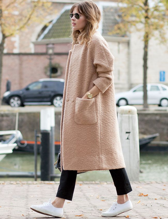 Manteau chic beige rosé + pantalon noir 7/8 + baskets blanches = le bon mix (manteau Ganni - blog Fash'n'Chips)