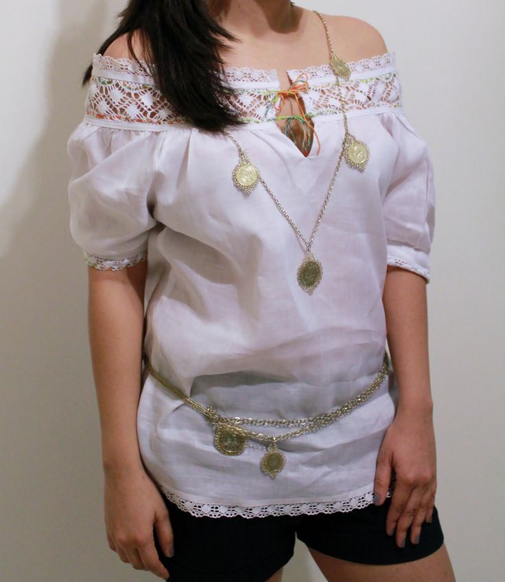Blusa estilizada con encajes, trencillas y enjaretada tipo pollera.