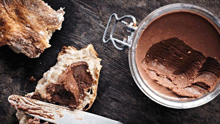 Chokoladesmørepålæg lavet af ristede nødder og mandler, mælkechokolade og mørk chokolade. Det er fabelagtigt på både ristet og uristet hvedebrød, men kan også spises med en ske. Smørepålægget kræver, at du har en foodprocessor