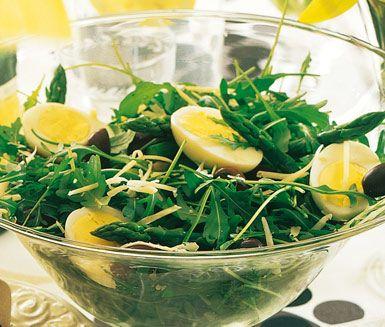Recept: Sparrissallad med ägg och oliver