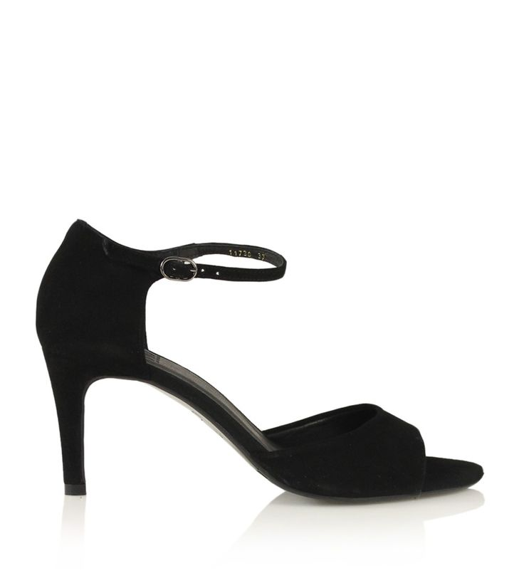 Sort sandal i ruskind med stilet hæl, bred rem fortil og ankel rem med dekorativt sølvspænde.