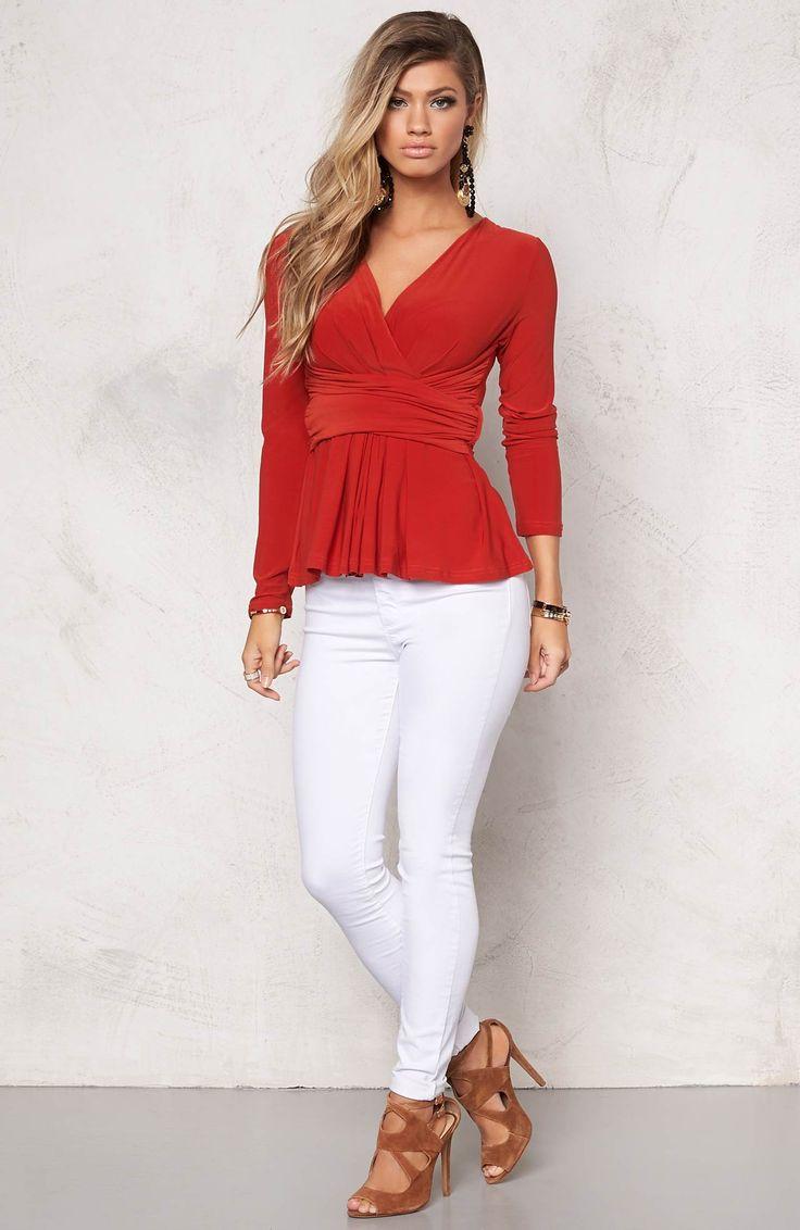 Pomarańczowa bluzka marki Chiara Forthi + białe, wąskie dzinsy, idealne połączenie na wiosnę! http://www.halens.pl/moda-damska-6385/bluzka-541791?variantId=541791-0122&imageId=381593