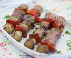 In knoflookolie gemarineerde worst-spiezen met champignons en paprika voor op de barbecue. Je maakt deze barbecue worst-spiezen heel eenvoudig en snel van