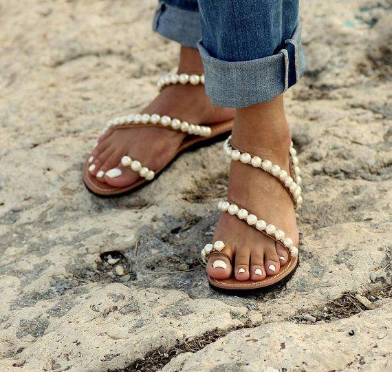 Sandales en cuir grec à la main orné chaîne italienne en métal argenté avec perles (cousues à la main).  Inspiré des années 50, paysages