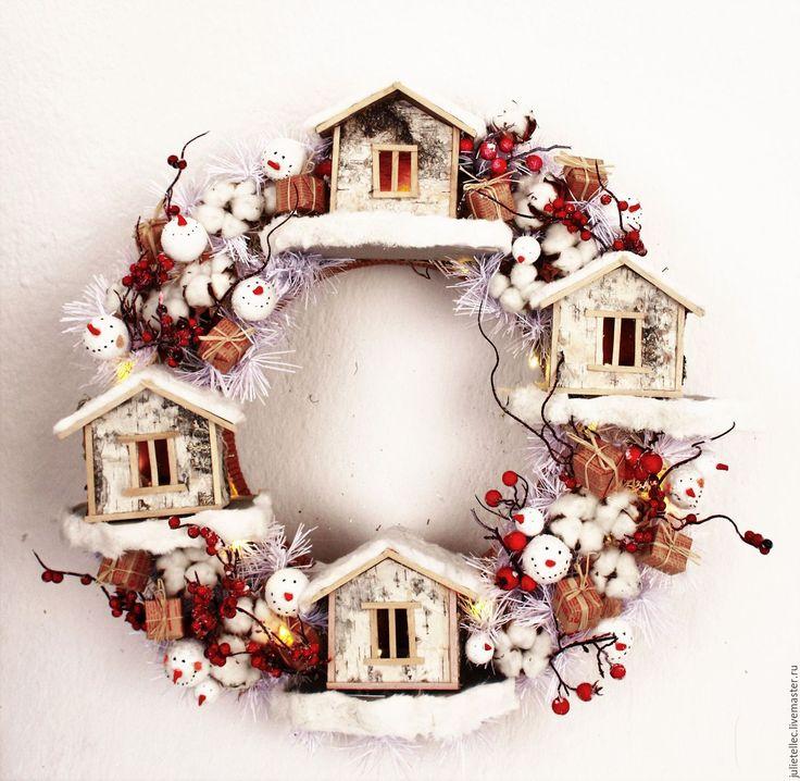 Купить Рождественский венок Були - ярко-красный, красный, венок на дверь, домики, рождественская деревня