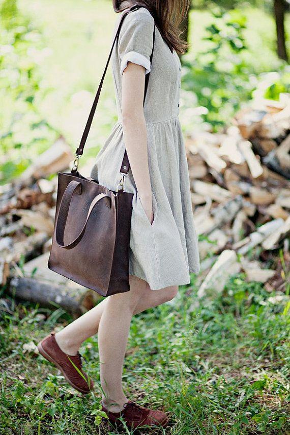 Leder-Tragetasche. Crossbody-Bag. Handgefertigte Tasche. Braun Leder Tote. Diese mittelgroße Leder Tote ist sehr komfortabel, da es als Handtasche durch kurze Gurte verwendet werden können und Kreuz Leichensack aufgrund langer geregelten abnehmbaren Träger. Darüber hinaus kann als Umhängetasche erfolgen wie die kurze Gurte lang genug sind, um die Tasche auf der Schulter tragen. Die Größe der Tasche ist auch sehr gut - es ist keine große Tasche, aber sehr geräumig, da es ca. 10 cm dick ist…