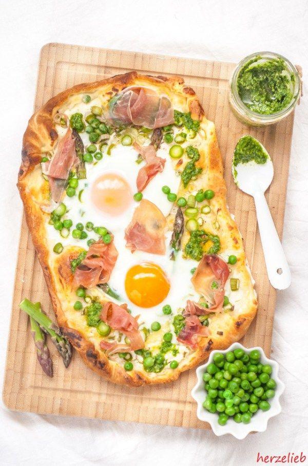 Spargel Pizza - ein Rezept mit Erbsen, Schinken, Pesto und Ei