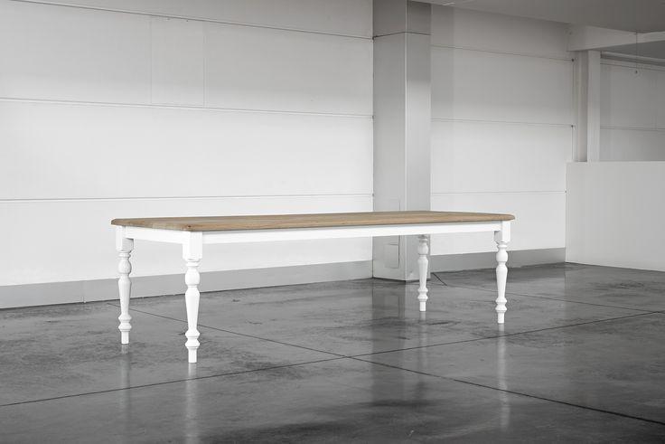 Renaix: gebeitste tafel met gelakte poten – 2600 / 3200 / 4000 mm