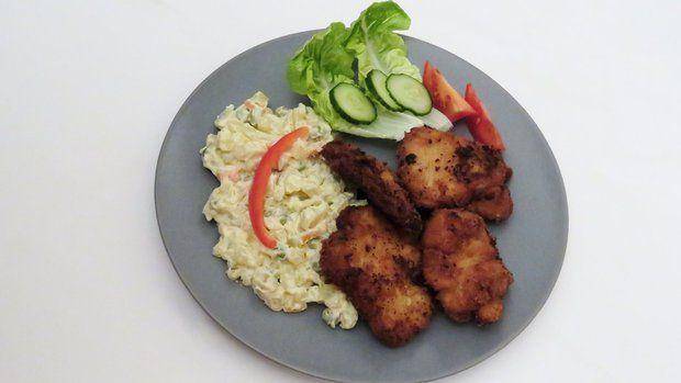 Bramborový salát a babiččino překvapení je klasický dobrý oběd, maso je předem marinované a obalené už jen ve strouhance.