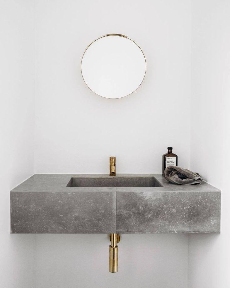 Minimalistischer Einrichtungsstil: Bad WC mit Waschtisch aus Beton, Waschbecken Badezimmer, weiße Wandfarbe, runder Spiegel messing, modern skandinavisch schlicht einrichten wohnen dekorieren Wohnideen Wohninspiration Interieur Interior Design Innenarchitektur