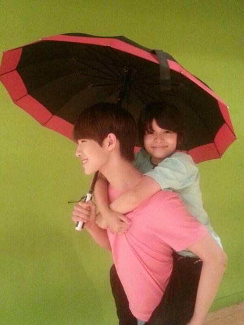 Doyoon carrying Samuel ~ Seventeen members- Pledis boys