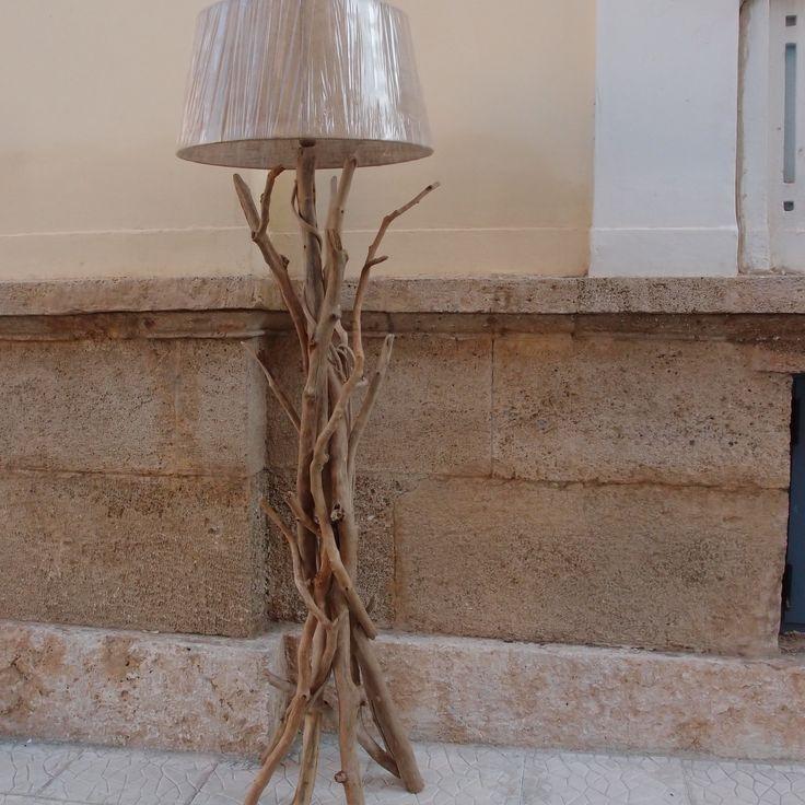 Επιδαπέδιο φωτιστικό απο θαλασσοξυλα με καπέλο λινάτσα..διαστάσεις 185 cm..για παραγγελίες και σε όποια διάσταση θέλετε. τηλ.6976773699 ...floor lamps by driftwood