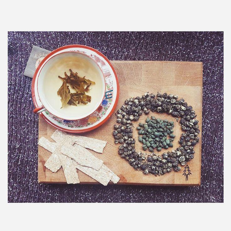 """Супер подарочек от @cantata.cy !! Как же я обожаю чаиии������ Всем рекомендую! У чая """"Жемчужина дракона"""" просто сногсшибательный аромат! Жемчужинки после скручивания оставляют лежать среди свежесобранных лепестков жасмина�� А Женьшень улун(серые камушки) снимает любого вида усталость и здорово освежает дыхание. Я в восторге ����___________________________________#t #teo #cupoftea #greentea #greenteadetox #greentealover #jasmine #jasmintea #pearl #whitetea #whiteteacup #veganfood…"""