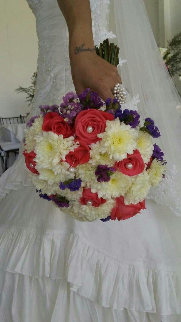 Bouquet rosas, pompones, estatis, y perlas