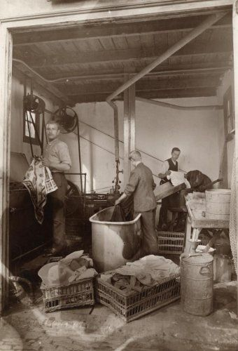 Onbekend   Arbeiders  verven  en sorteren wasgoed op een afdeling van de…